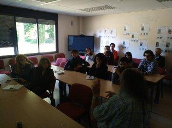 Gente en la sala polivalente de Zaragoza, durante las charlas